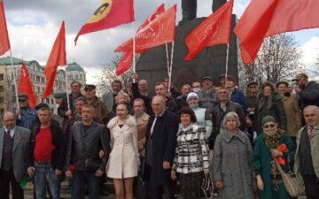 В Донецке возложили цветы к памятнику В. И. Ленина